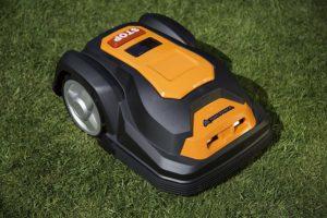 Tondeuse robot Yardforce SA500eco sur pelouse